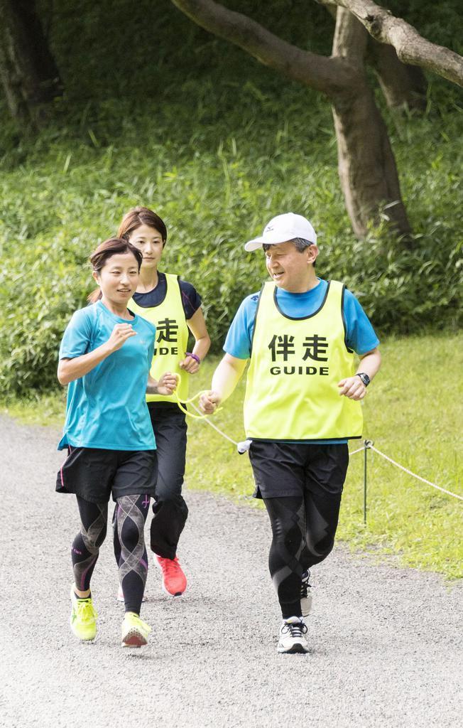 リオデジャネイロ・パラリンピックの女子マラソン(視覚障害)銀メダリストの道下美里さん(左端)の伴奏を務められる皇太子さま=平成30年年6月、東京都港区の赤坂御用地(宮内庁提供)