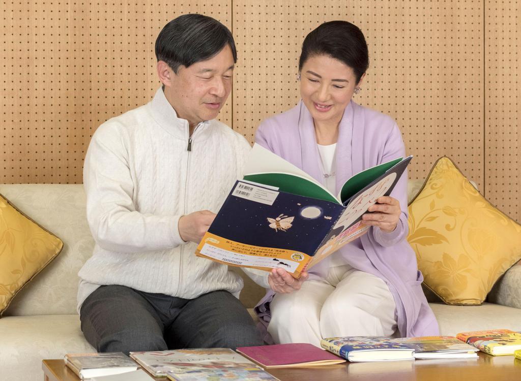 59歳の誕生日を前に、東宮御所で皇太子妃雅子さまとくつろがれる皇太子さま=2月17日(宮内庁提供)