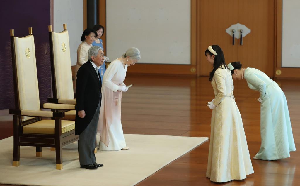 天皇陛下ご即位30年の祝賀行事で、秋篠宮ご夫妻の長女、眞子さまと次女、佳子さまからあいさつを受けられる天皇、皇后両陛下=2月24日、皇居・宮殿「松の間」