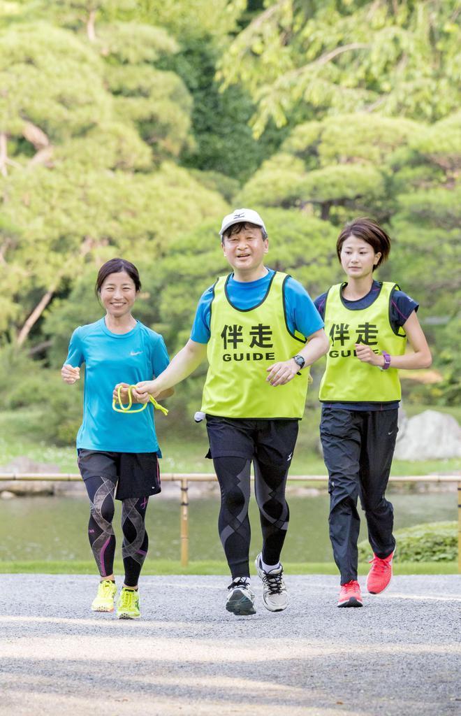 リオデジャネイロ・パラリンピックの女子マラソン(視覚障害)銀メダリストの道下美里さん(左)の伴奏を務められる皇太子さま=平成30年年6月、東京都港区の赤坂御用地(宮内庁提供)