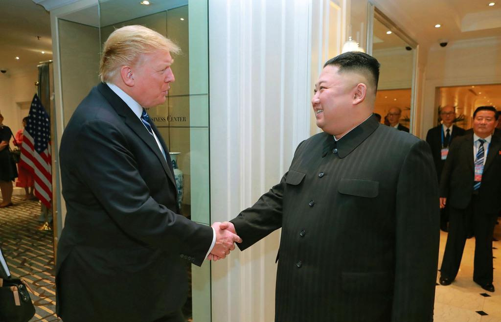 2月28日、ハノイで握手するトランプ米大統領(左)と北朝鮮の金正恩朝鮮労働党委員長(朝鮮中央通信=共同)