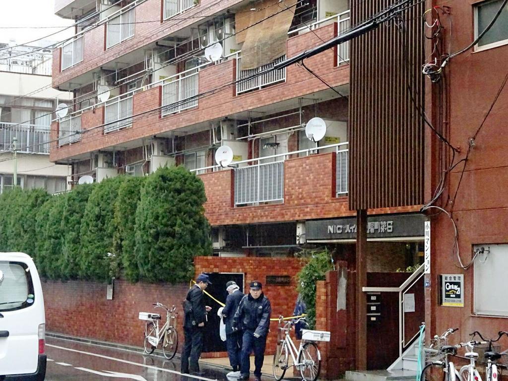 高齢女性が手足を縛られ死亡しているのが見つかった現場のマンション=2月28日午後、東京都江東区