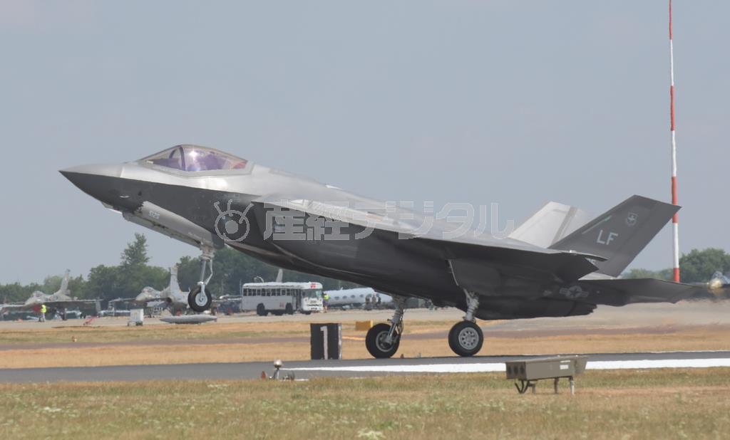 米空軍のステルス戦闘機F-35Aライトニング2。F-15イーグル戦闘機はこの最新鋭機と「棲み分け」することになりそうだ=2018年7月、英フェアフォード基地(岡田敏彦撮影)