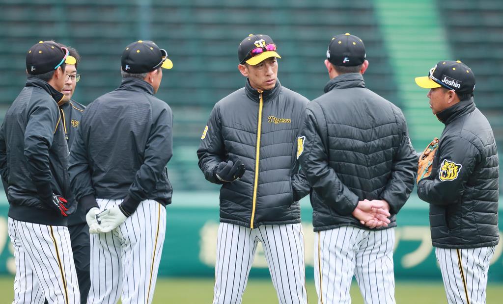 コーチ陣と話す矢野燿大監督=甲子園球場(撮影・松永渉平)