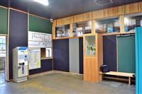 無人駅舎から地域の魅力発信 福山のJR新市駅待合室をデニム柄に改装