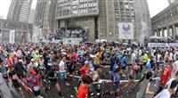 【東京マラソン】15キロ通過、大迫が佐藤にボトル手渡し