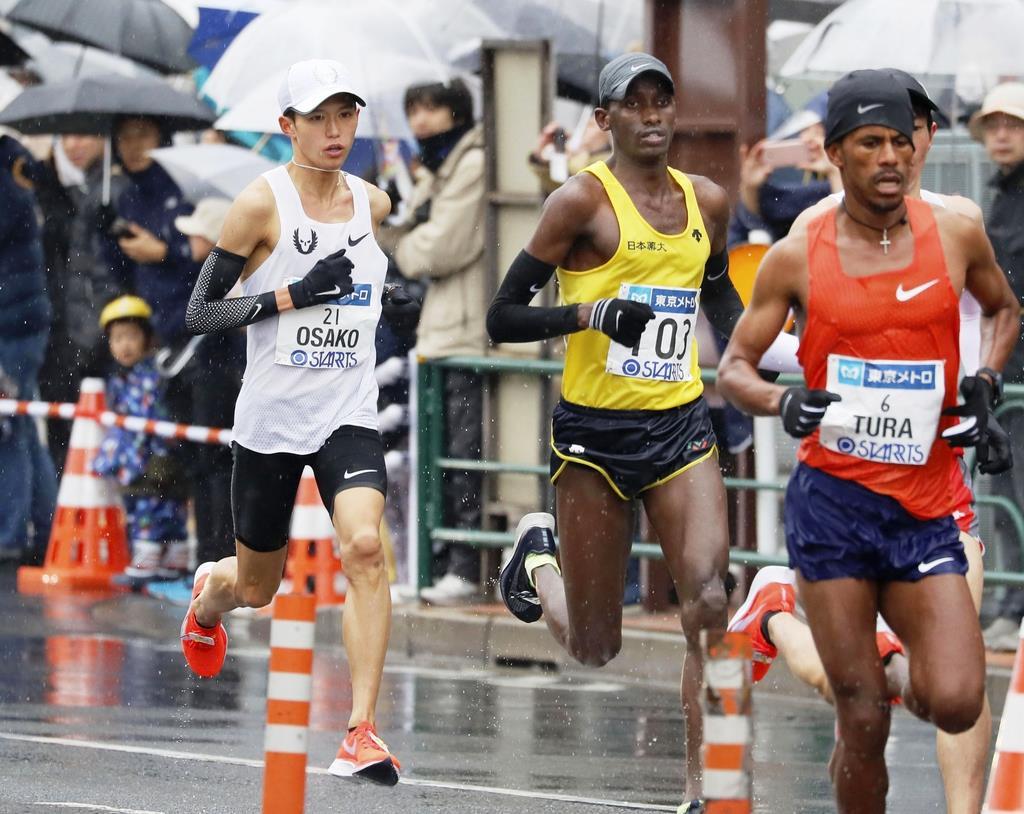 【東京マラソン】佐久長聖の絆…大迫が佐藤に給水ボトル渡す