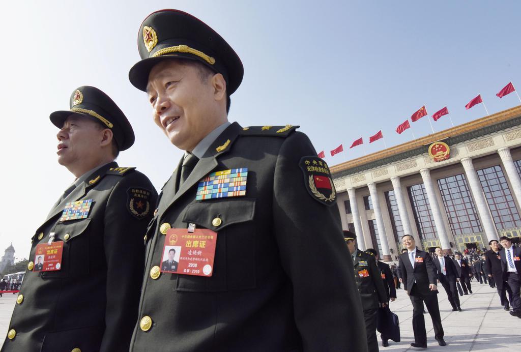 全人代予備会議のため、北京の人民大会堂を訪れた人民解放軍の代表ら=4日(共同)