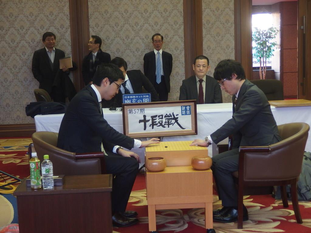 碁盤と碁石の感触を確かめる両対局者。右が井山裕太十段、左が村川大介八段