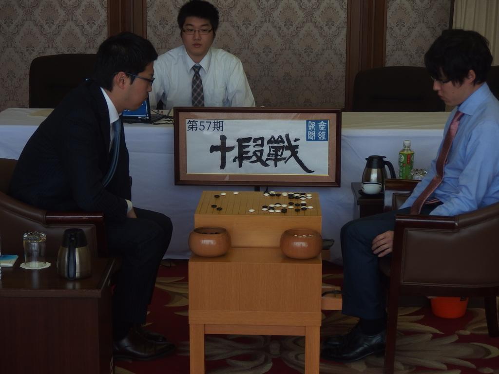 休憩からの再開後、盤面を見つめる両対局者。右は井山裕太十段、左は村川大介八段