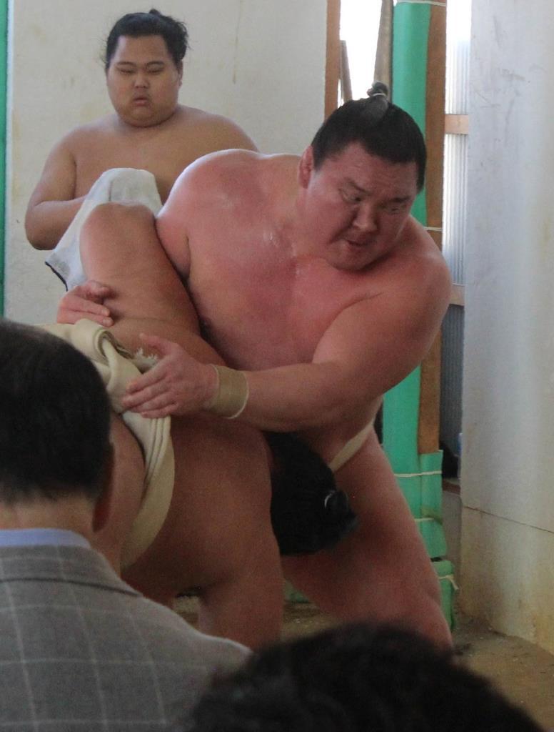 二所ノ関一門の連合稽古に参加し、汗を流す白鵬=3日、堺市北区