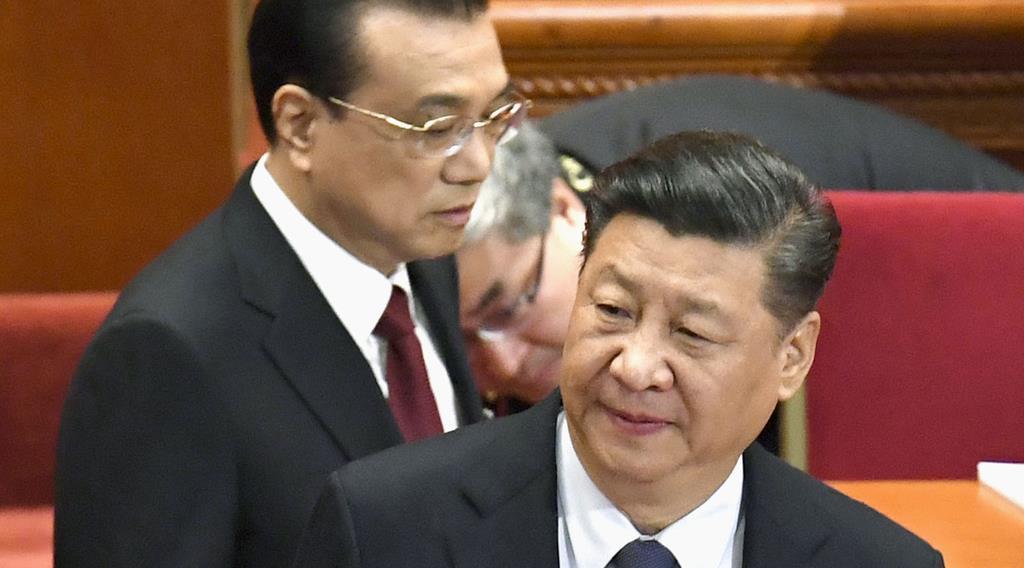 中国全人代に臨む習近平国家主席(右)と李克強首相(共同)