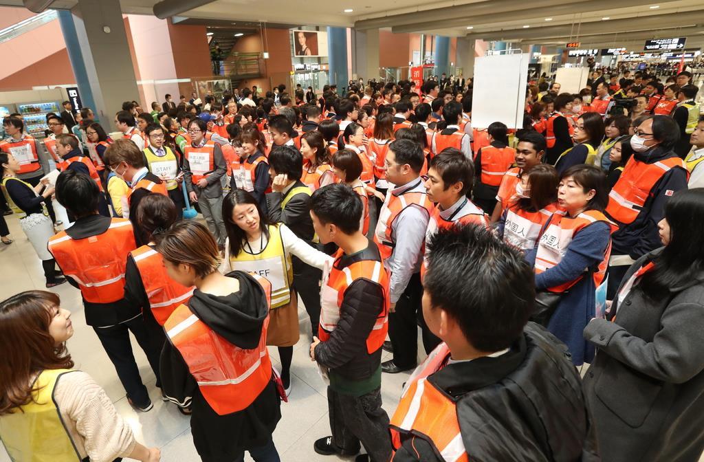 関西国際空港で行われた地震を想定した避難訓練=5日午後(彦野公太朗撮影)
