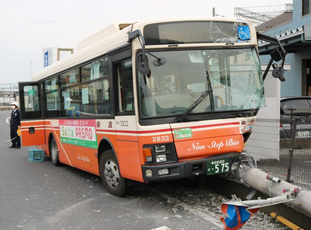電柱と衝突したバス=6日、三郷市茂田井(竹之内秀介撮影)