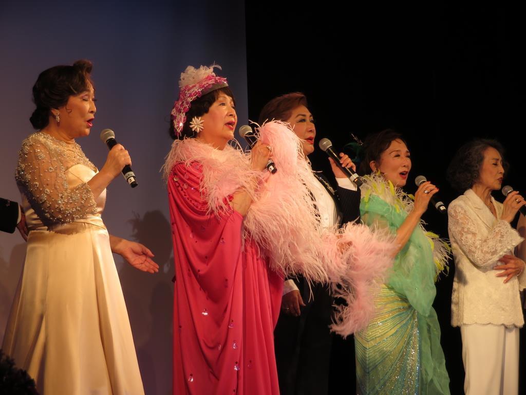 作曲家、入江薫氏の生誕100年を記念したサロンコンサートで合唱する(左から)初風諄さん、加茂さくらさん、榛名由梨さん、大原ますみさん、安奈淳さん=6日、東京都港区(滝口亜希撮影)