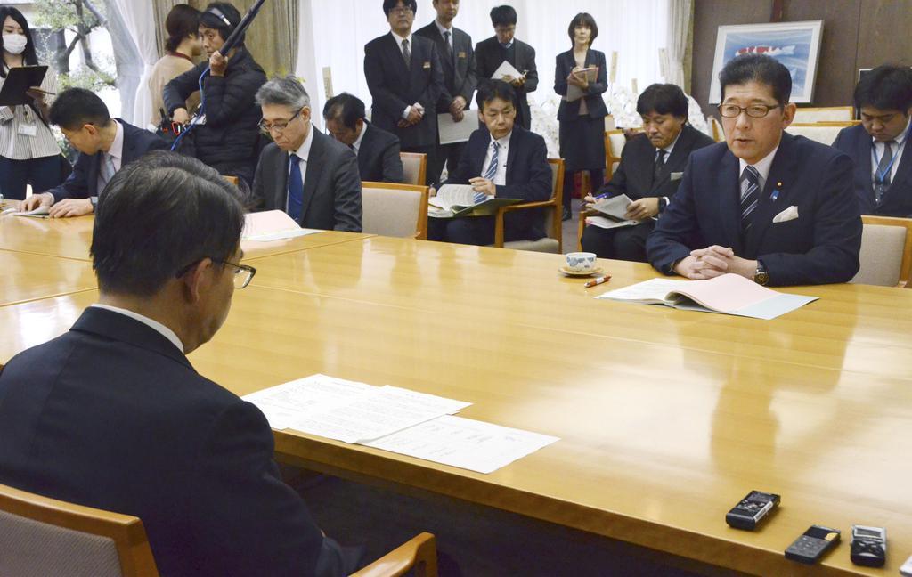 2月28日、豚コレラ対策について大村秀章愛知県知事(手前)と会談する高鳥修一農水副大臣=愛知県公館