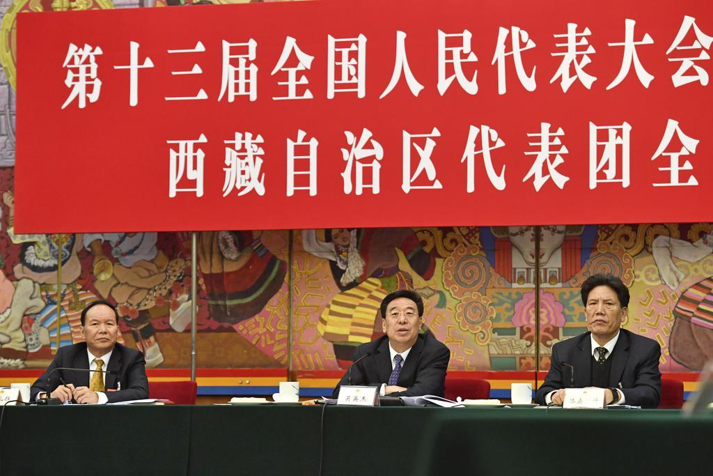 中国全人代の分科会で記者の質問に答える呉英傑・チベット自治区共産党委員会書記(中央)=6日、北京の人民大会堂(共同)