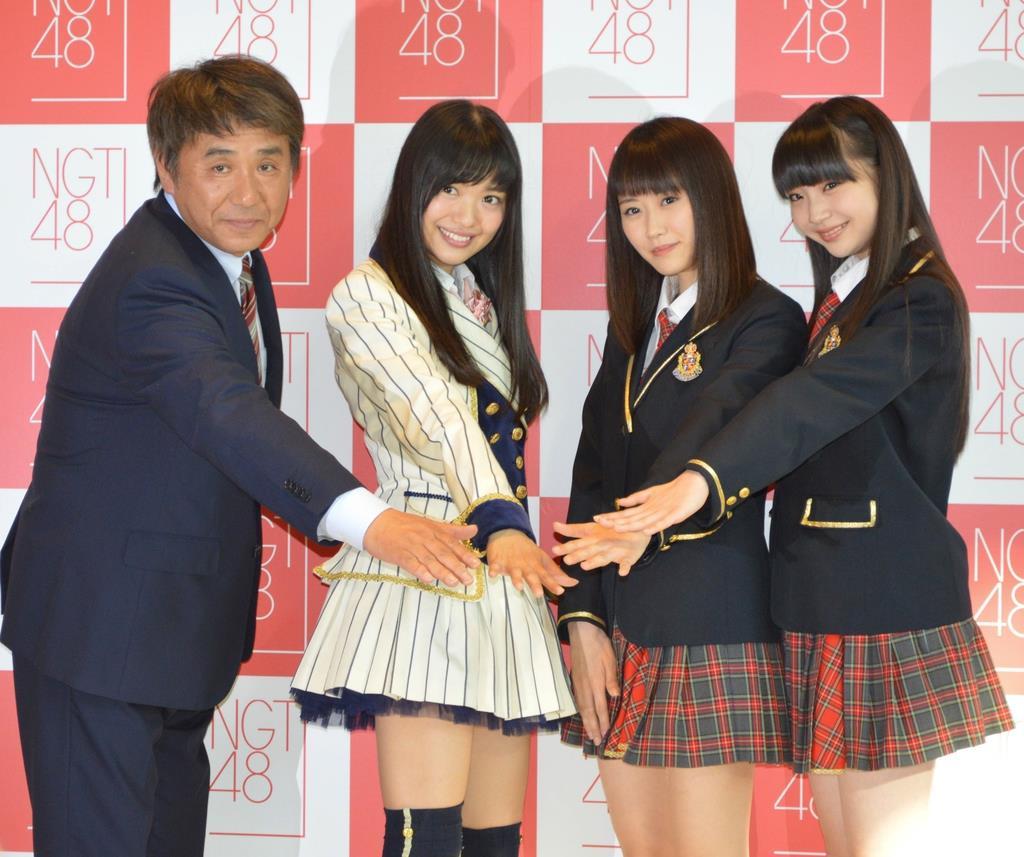 AKB48の新潟版姉妹グループ「NGT48」の劇場設置場所が発表された。会見後にポーズをとる今村悦朗劇場支配人(左)とキャプテンの北原里英さん(左から2人目)ら=平成27年5月、新潟県新潟市中央区のメディアシップ