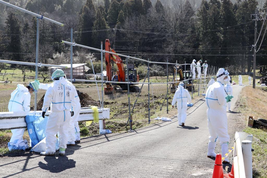 県内で9例目となる豚コレラが発生した養豚場で行われる防疫作業=7日午前10時42分、岐阜県山県市