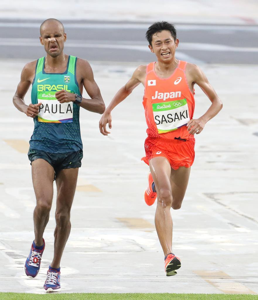リオデジャネイロ五輪、男子マラソンで16位でゴールした佐々木悟(右)=サンボドロモ発着周回コース(大橋純人撮影)
