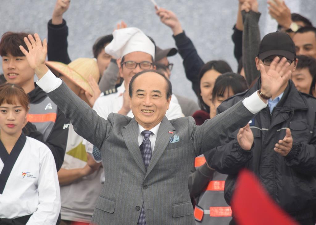 7日、台北市内での出馬表明集会で、支持者に手を振る中国国民党の王金平前立法院長(田中靖人撮影)