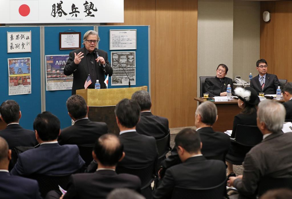 アパグループ東京本社で講演する、元米大統領主席戦略官のスティーブ・バノン氏=8日午後、東京都港区(桐原正道撮影)
