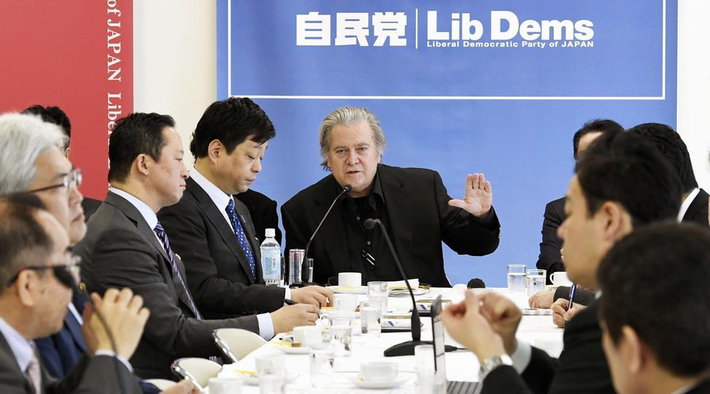 自民党本部で講演する、トランプ米大統領の首席戦略官だったスティーブン・バノン氏(中央)=8日午前、東京・永田町