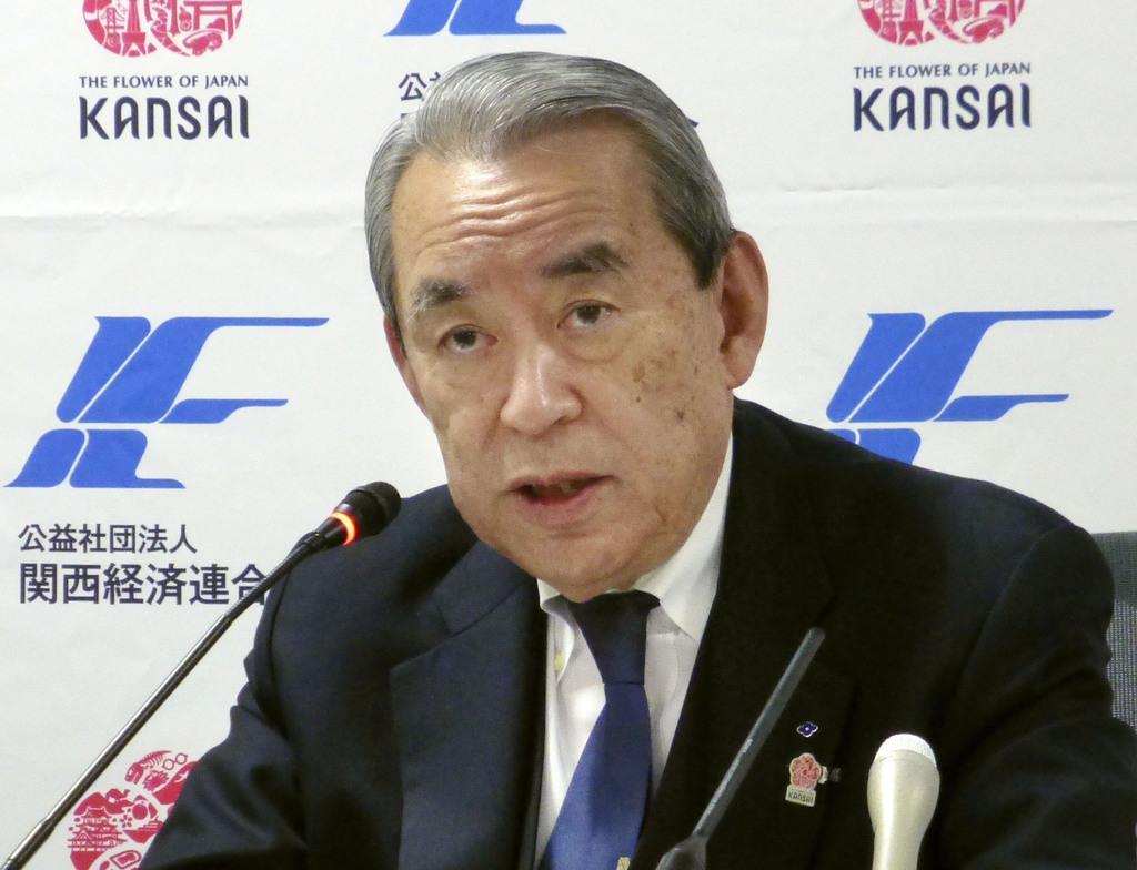 記者会見する関西経済連合会の松本正義会長=8日午後、大阪市