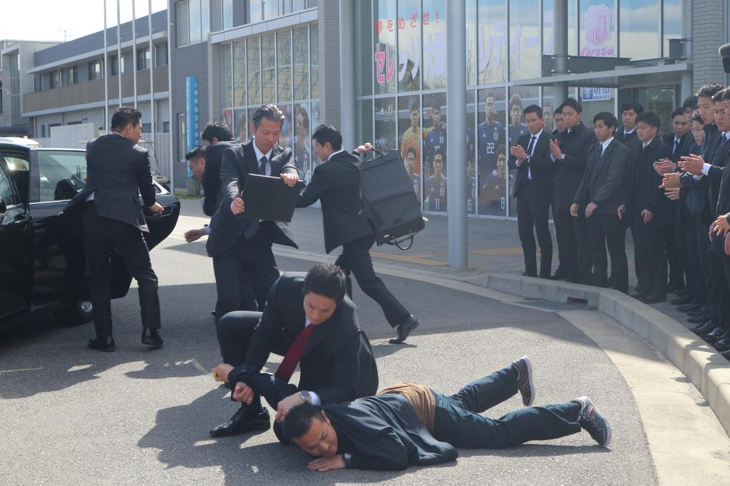 暴漢を取り押さえながら要人を避難させる訓練をする警察官=8日、堺市堺区築港八幡町のJグリーン堺(野々山暢撮影)