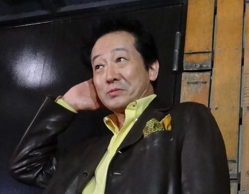 報道陣の取材に応じ、4月の知事・市長のダブル選への出馬の可能性などについて言及する俳優の辰巳琢郎氏=10日午後、東京都世田谷区(小川原咲撮影)