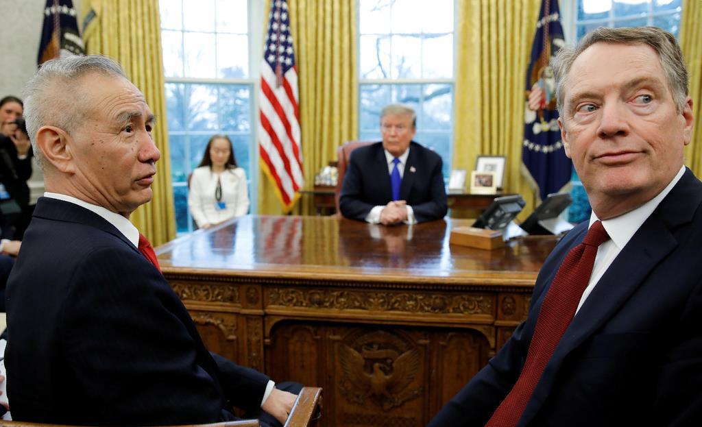 ホワイトハウスでトランプ米大統領(奥)と米通商代表部(USTR)のライトハイザー代表(右)と会談する中国の劉鶴副首相=2月22日(ロイター)