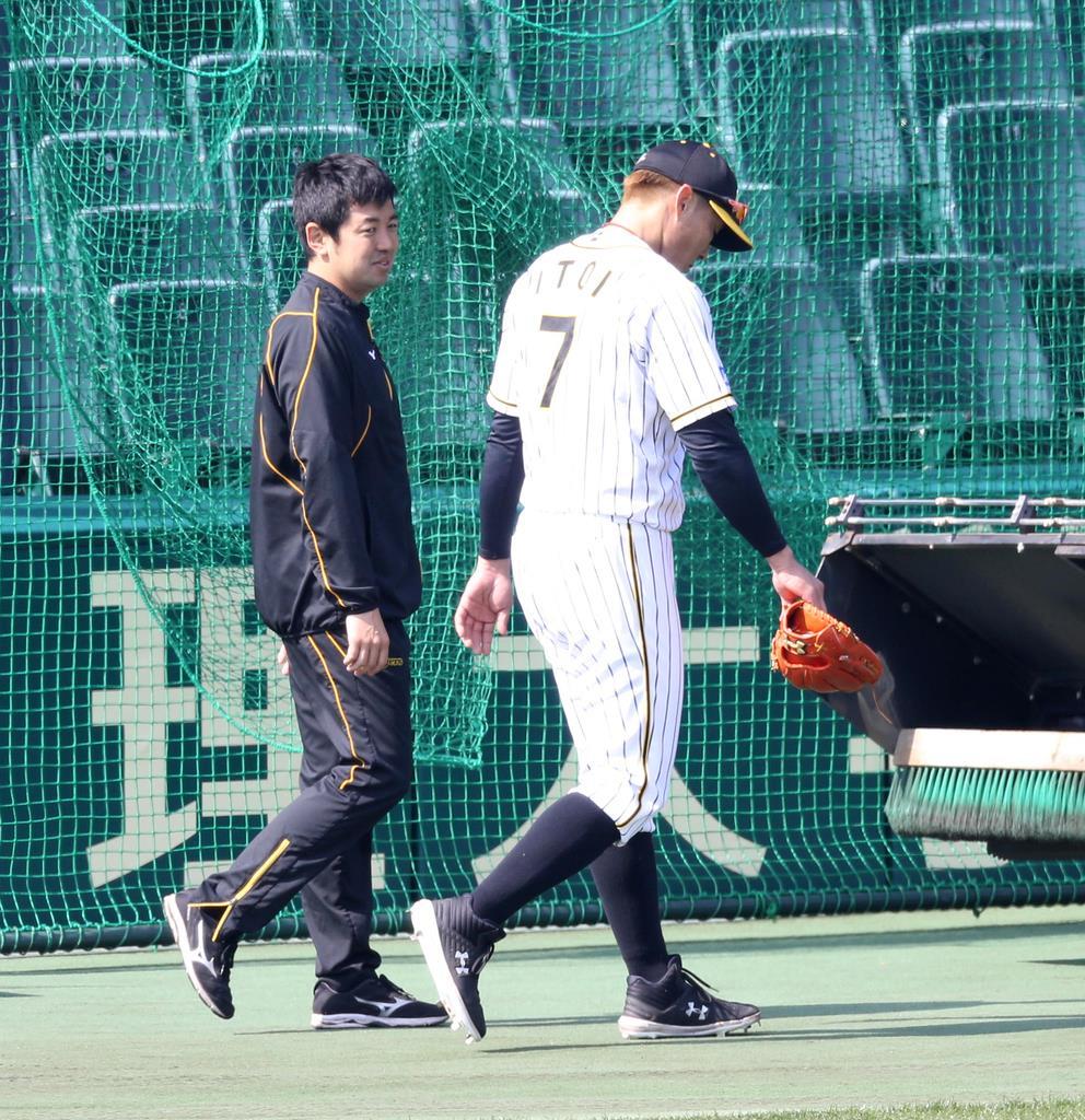 シートノックの際に足を滑らせてベンチに戻る阪神・糸井嘉男=甲子園球場(撮影・山田喜貴)