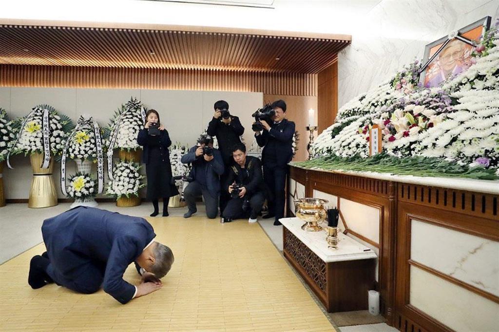 1月29日、元慰安婦の金福童さんの遺体が安置された葬儀場を弔問する韓国の文在寅大統領=ソウル(韓国大統領府提供)