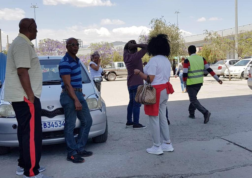 10日、墜落したエチオピア航空機に関する情報を求め、アディスアベバの空港に駆け付けた関係者ら(AP)