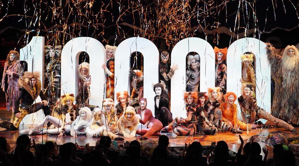 日本公演通算10000回を達成、特別カーテンコールで10000のオブジェを囲む猫たち=12日午後、東京都品川区のキャッツ・シアター(酒巻俊介撮影)