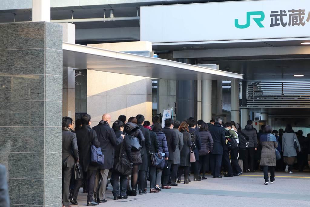 一時期、駅舎の外まで改札待ちの人が連なる現象が報じられたことも人気下落の一因か=平成29年12月、JR武蔵小杉駅(外崎晃彦撮影)
