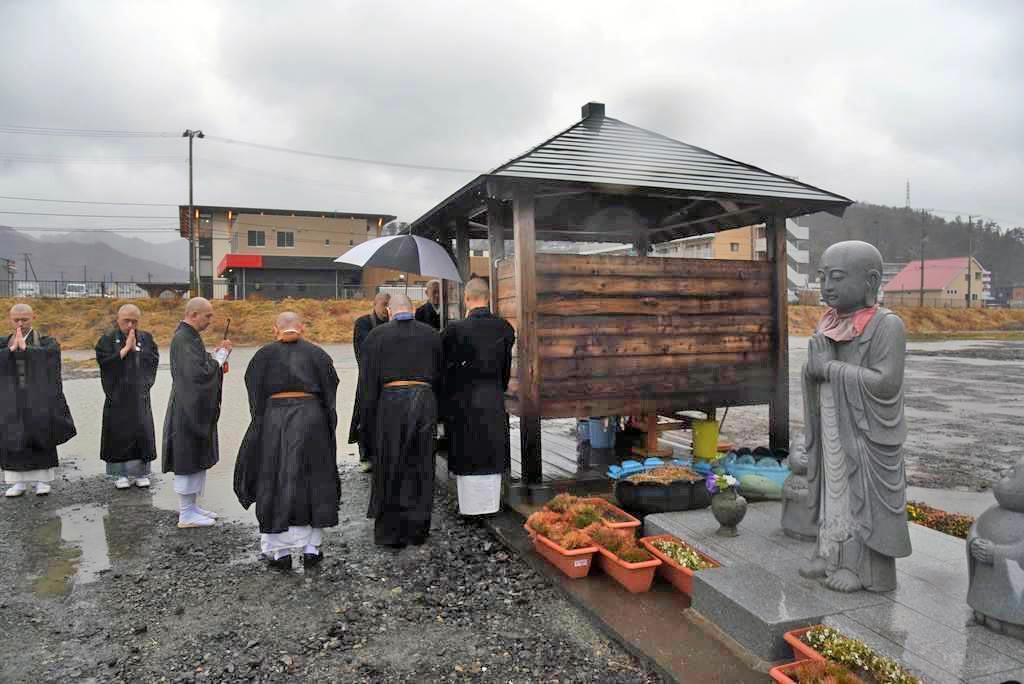 地震発生時刻に合わせ、遺族が大槌町旧役場庁舎跡の献花台に花を供えた=11日、岩手県大槌町(千葉元撮影)