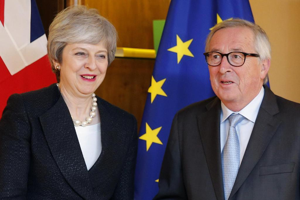 11日、フランス・ストラスブールで報道陣の前でポーズを取るメイ英首相(左)とユンケル欧州委員長(AP)