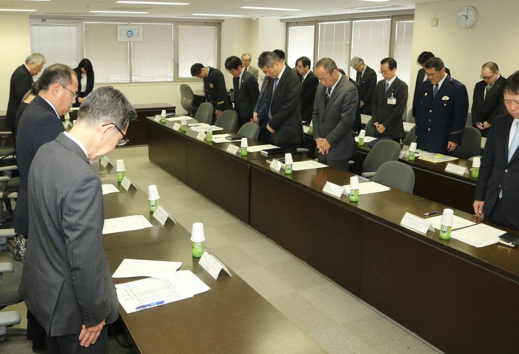 防災会議の冒頭で黙祷する出席者=11日、大津市役所