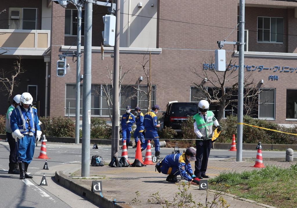 事故現場を調べる県警の捜査員ら。中央奥が事故を起こしたワゴン車=13日、野田市(白杉有紗撮影)