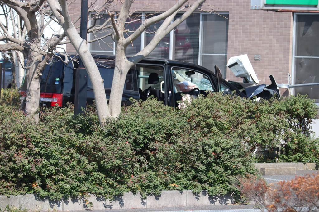 交差点で3人をはね、介護施設の壁に突っ込んだ車=13日、千葉県野田市(白杉有紗撮影)