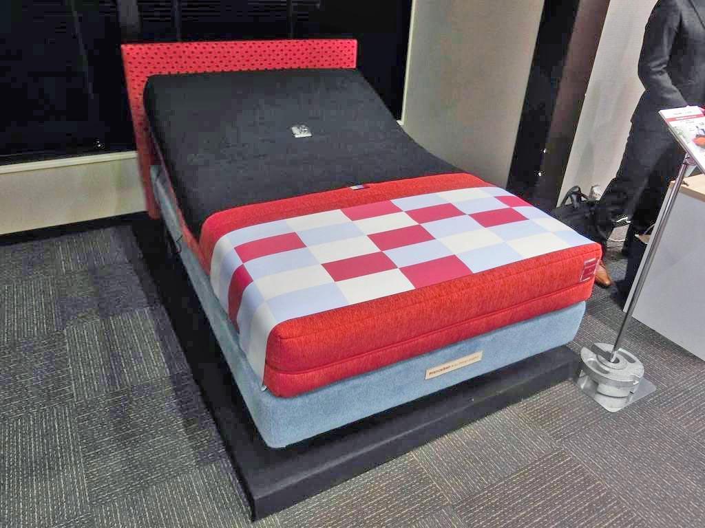 睡眠モニターを組み込んだマットレスをフランスベッドを共同開発した=13日、東京都千代田区