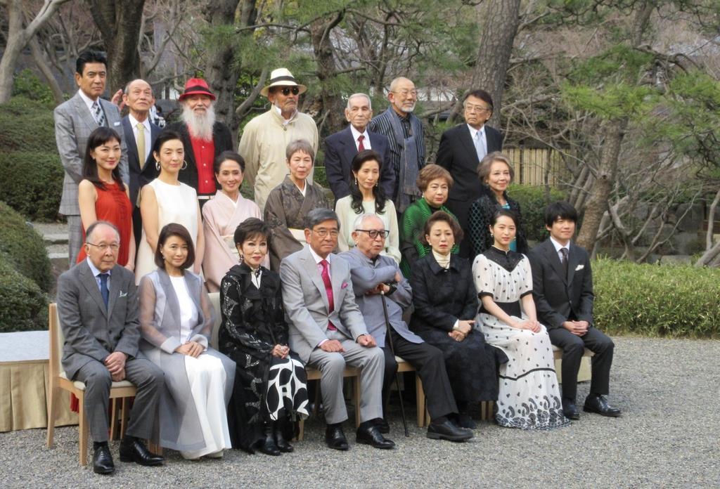 「やすらぎの刻~道」で脚本を書いた倉本聰さん(前列左から5番目)と、石坂浩二さん(同4番目)や風吹ジュンさん(同2番目)ら出演者=13日、東京都内