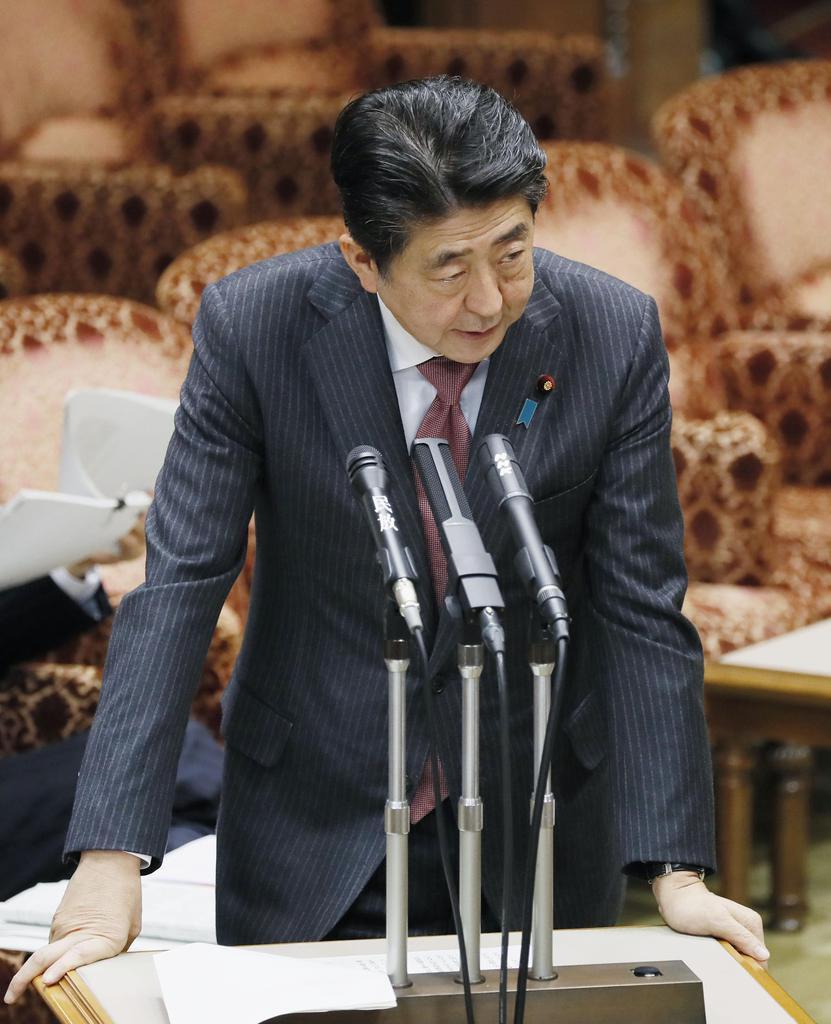 参院予算委で答弁する安倍晋三首相=13日午後