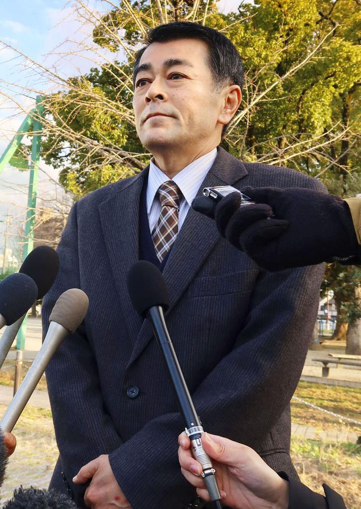 取材に応じる、飛び降り自殺したとみられる小学6年の女児2人が通っていた小学校の校長=13日午後、愛知県豊田市