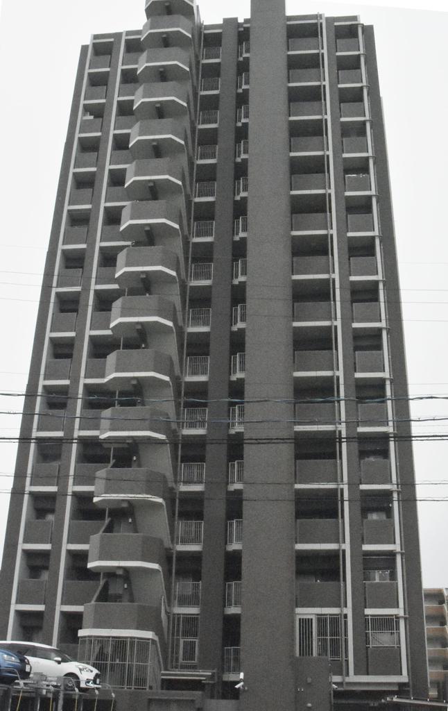 敷地内で飛び降り自殺をしたとみられる女児2人が見つかったマンション=13日午前8時40分ごろ、愛知県豊田市