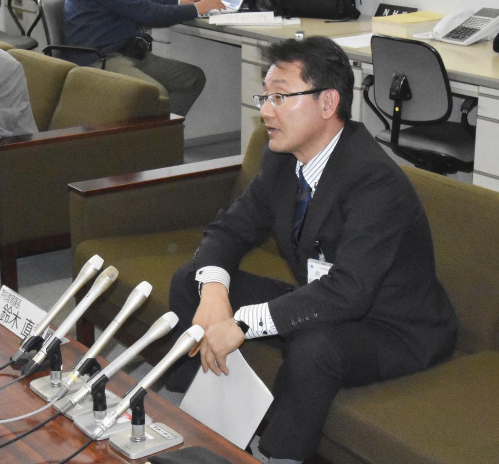記者会見する愛知県豊田市教育委員会の学校教育課長=13日午前、豊田市役所