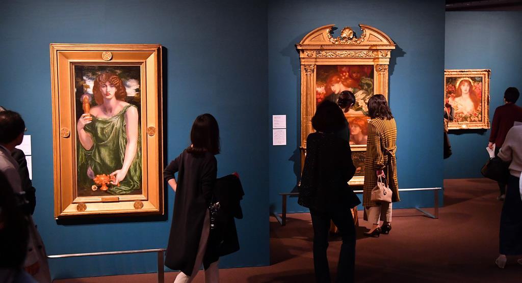 「ウェヌス・ウェルティコルディア(魔性のヴィーナス)」、「ムネーモシューネー(記憶の女神)」など多くの人たちが名画を楽しんだ=13日午後、東京都千代田区の三菱一号館美術館(三尾郁恵撮影)