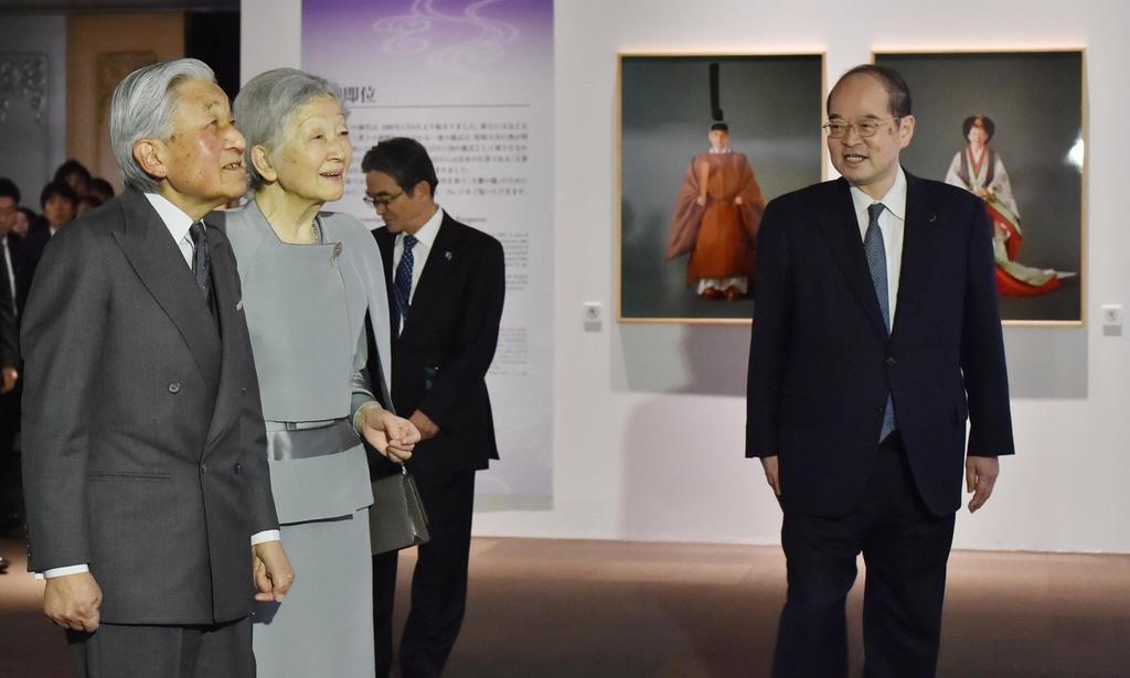 御即位30年記念「両陛下と文化交流-日本美を伝える-」を鑑賞される天皇、皇后両陛下=13日午後、東京都台東区の東京国立博物館(代表撮影)