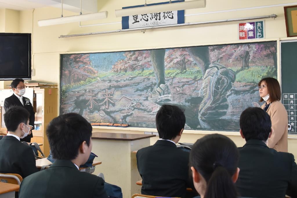 アートを制作した思いを語る武蔵野美大生(右奥)=13日午前、茨城県つくばみらい市古川